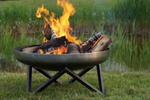 Stahl Feuerschale auf Wiese