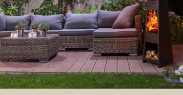 Gartenkamin auf Terrasse neben Couch