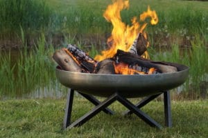 Feuerschale brennt im Garten